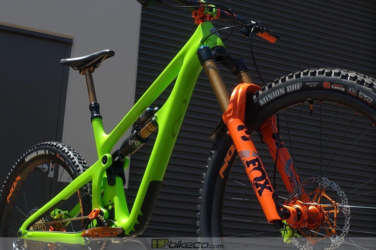 Yeti SB150 in verde with orange Chris King hubs